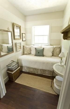 Маленькая спальня с большим количеством зеркал