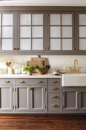 Фото: позолоченная фурнитура и кухонный кран