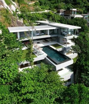 Современный много этажный дом с стеклянными фасадами