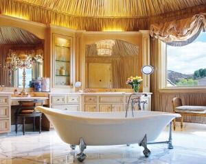 Роскошная ванная комната обтянутая тканью