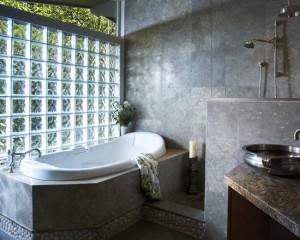Темный камень в ванной