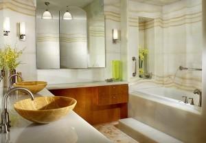 Роскошная ванная комната с мраморными стенами и деревянными раковинами