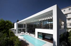 Белый современный дом с большим количеством стекла