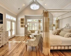 Скромная деревенская комната с золотыми вставками в кровати и золотыми фоторамками