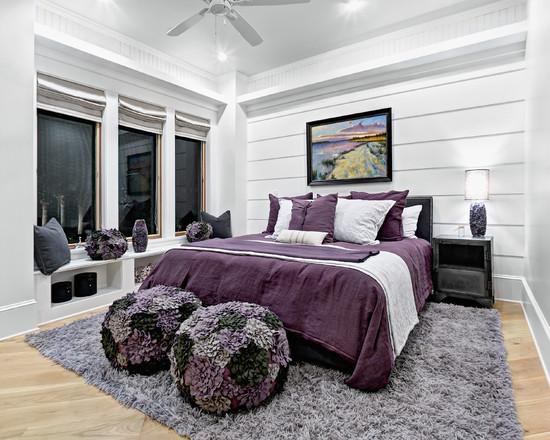 Лиловая кровать в сочетанием деревянных крашенных стен