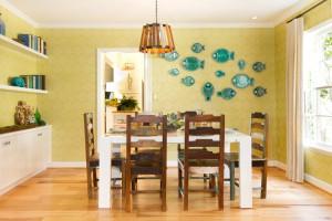 Декор кухни настенными тарелками в виде рыбок