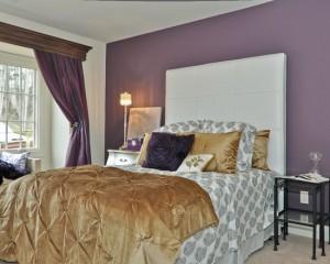 Лиловые обои и шторы и золотое покрывала в интерьере спальной комнаты