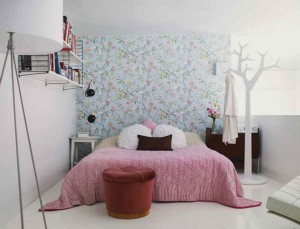 Яркая комната с вешалкой в виде дерева