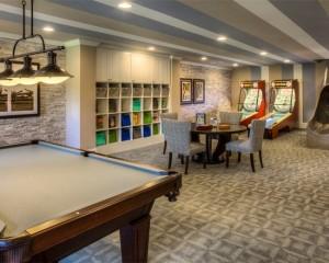 Трехцветный полосатый потолок в комнате отдыха
