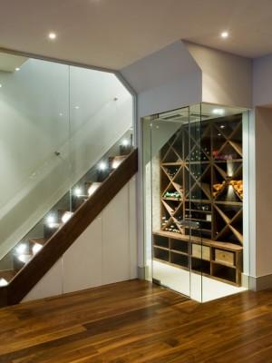Фото: винный шкаф с подсветкой