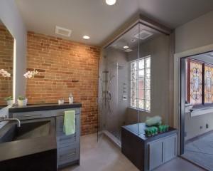 Кирпичная стена в большой ванной