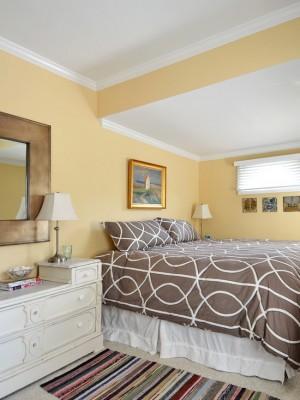 Простоя спальня с золотыми вставками в декор комнаты