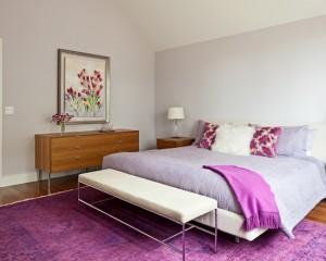 Спальня оформленная в лиловых тонах