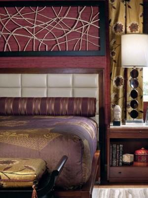 Золотой декор в спальне лилового цвета