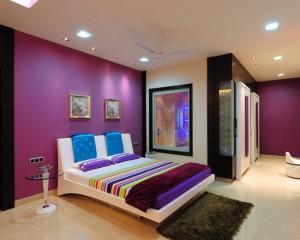 Яркая современная комната в лиловых тонах