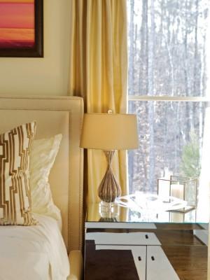 Нежный цвет золота на шторах, настольной лампе, и кровати в спальне