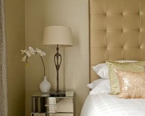 Золотистая подушка и изголовье кровати