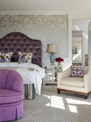 Лиловые детали интерьера в сочетании с белым постельным бельём