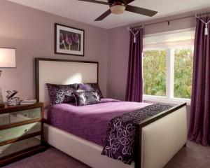 Классическая спальная комната в лиловых цветах