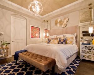 Позолоченные настенные украшения и позолоченная люстра в спальне