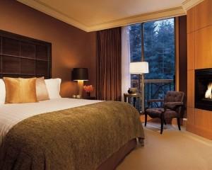 Позолоченная стена возле камина, и золотая декоративная подушка