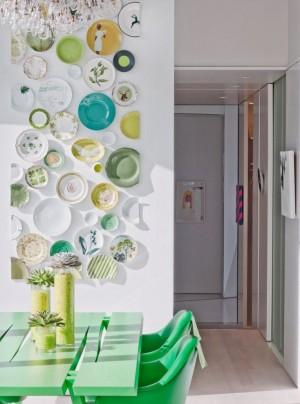 Коллаж тарелок на кухонной стене