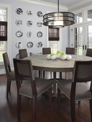 Черно-белые тарелки с портретами на кухонной стене