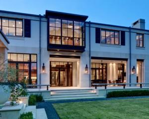 Эффектный дом с большими окнами