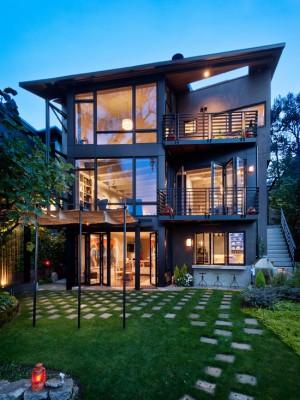 Трехэтажный дом с стеклянным фасадом