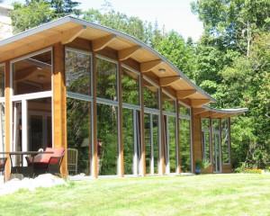 Стеклянный фасад с волнистой крышей