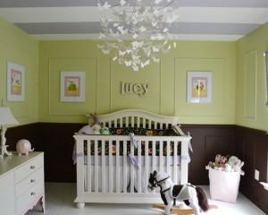 Спокойный полосатый потолок в комнате для новорожденного