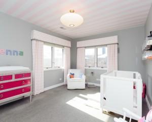 Розово белый полосатый потолок в детскую девочки