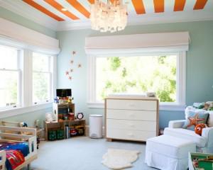Оранжево белый потолок в сочетании с голубыми стенами