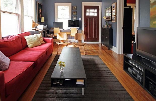 Серо-голубая гостиная с красным диваном