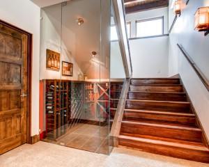 Фото: винный шкаф у лестницы