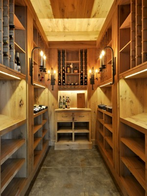 Фото: узкий деревянный винный погреб