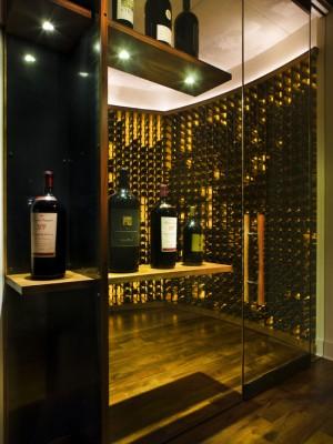 Фото: большое хранилище вина с зеркальным шкафом