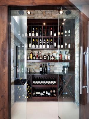Фото: большой винный шкаф с стеклянными дверьми