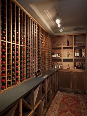 Фото: деревянный винный погреб с баром