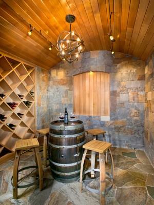 Фото: хранилище вина с столом в виде бочки