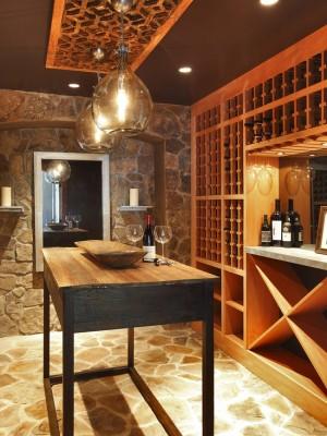 Фото: хранилище вина с стойкой для дегустации