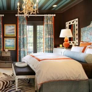 Голуба-коричневые полоски на потолке в спальне