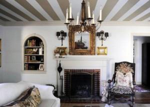 Бело-бронзовые полоски на потолке в гостиной с камином