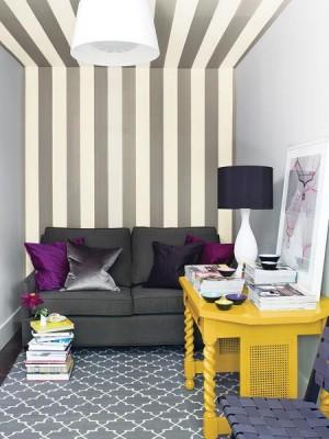 полосатая стена переходящая на потолок в небольшой комнате