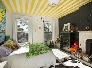 Бело-желтые полоски на потолке в спальне
