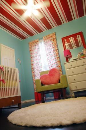 Бело-красный потолок с голубыми стенами