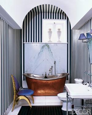 Полосатые стены и потолок в ванной комнате