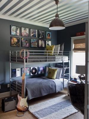 Бело-стальные полоски в подростковой комнате