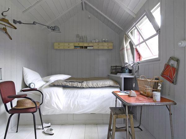 Небольшая спальная комната в небольшом деревенском доме