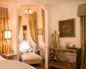 Золотые шторы в интерьера спальной комнаты